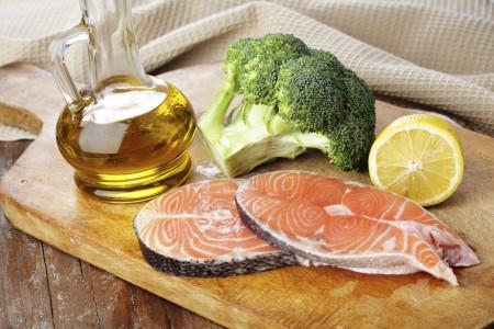 Исключите из рациона жареное, копченое. В рацион необходимо включить растительное масло, свежие фрукты и овощи, а также хлеб из муки грубого помола и каши.