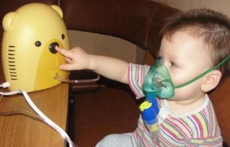 Ребенок делает ингаляцию при насморке